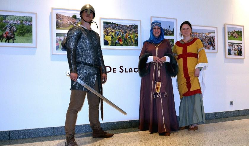 Een stoere krijger en enkele bewoners uit het middeleeuwse Vlaardingen kwamen langs bij De Slag (Foto Frans Assenberg).