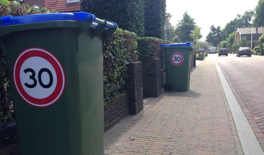 Op woensdagen en vrijdagen staan daarom kliko's met het bekende 30 km/u bord in de straat. (Foto: Gert van Dalen)