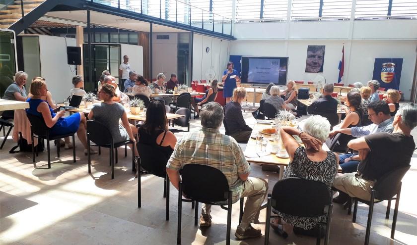 In het gemeentehuis spraken professionals over eenzaamheid. Mieke van Ginkel opende de bijeenkomst...