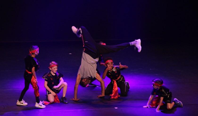 Meer dan 400 dansers, zowel de allerjongste kinderen van 2 jaar tot en met de volwassenen lieten enthousiast zien hoe leuk dansen is.