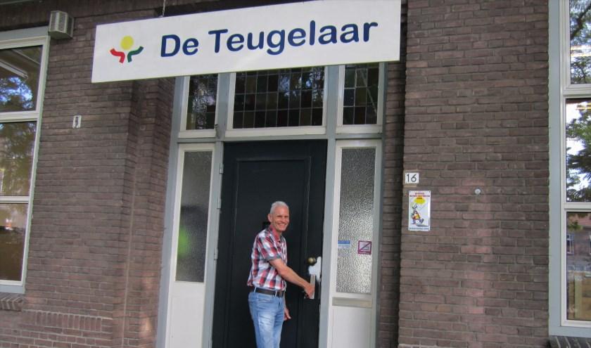 Conciërge Jan Otten draait voor zes weken de deur op slot van basisschool De Teugelaar; de vakantie kan beginnen.