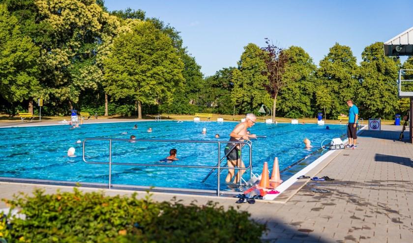 De dauwzwemmers trekken in alle rust hun baantjes in het 50-meter wedstrijdbad van Zwembad Het Run in Drunen. Foto: Yuri Floris Fotografie