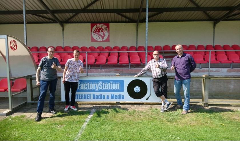 Het nieuwe reclamebord van factorystation.nl bij S.V. Babberich met op de foto eigenaar Johan Rijzewijk, vaste medewerkers Colin en Gerrit Gieling en S.V. Babberich-voorzitter Martijn Bouwman. (foto: factorystation.nl)