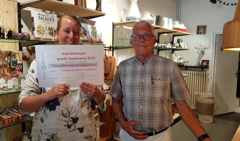 De cheque van 1.250 euro gaat naar Pabita Timishina. Volgend jaar wil Wereldwinkel 's-Hertogenbosch weer zo'n actie houden.
