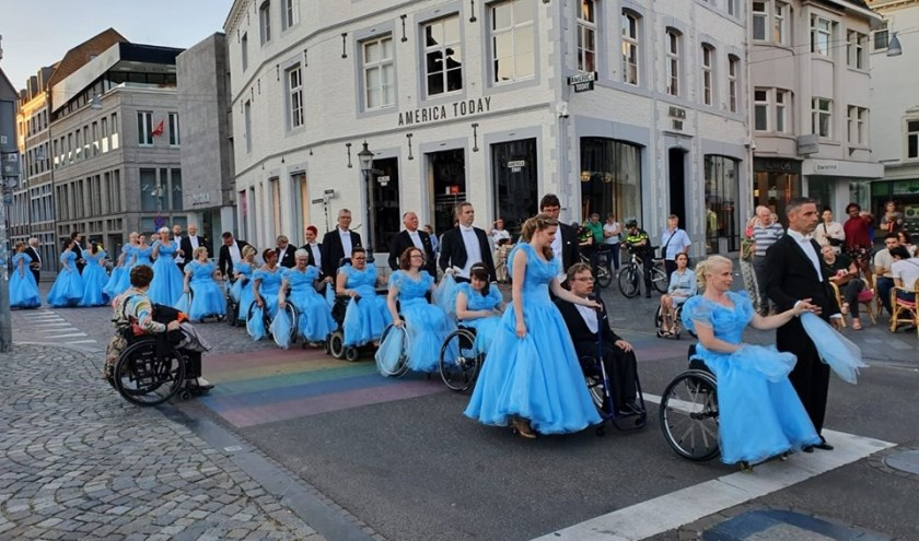 In een indrukwekkende stoet gaan Alex en Jacqueline Glijn(Rechts) naar het Vrijthof, waar zij de Second Waltz mogen dansen. Foto: Privé