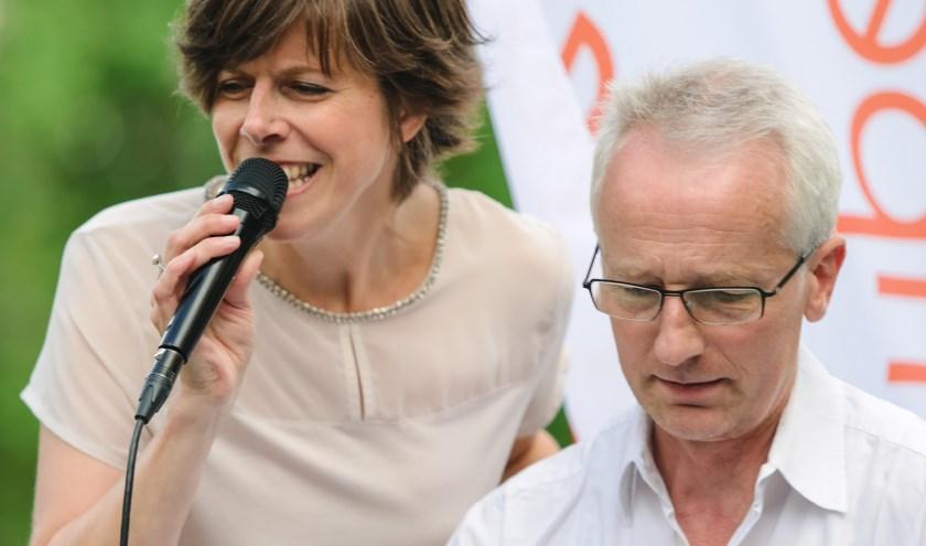 Nikola Materne met pianist Peter Kräubig, een van de bandleden van haar begeleidsgroep.