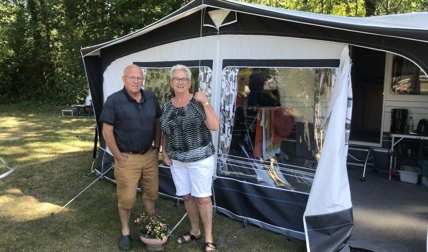 """Chris en Mieke uit Bergen op Zoom verblijven op 't Stien'nboer: """"Met een fiets maak je ons blij. Wandelen blijft bij een rondje over de camping."""""""