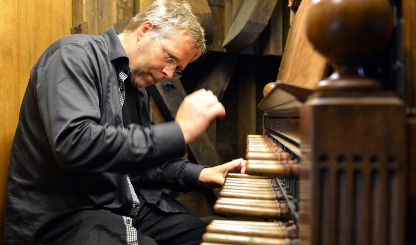 Beiaardier Boudewijn Zwart in actie achter het klavier