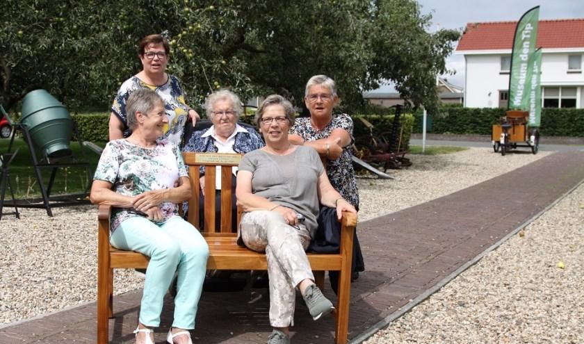 de 101 jarige mevrouw Somford met haar 3 dochters en verzorgster.