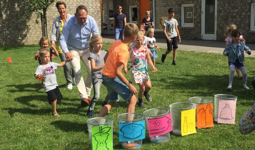 Kinderen van de BSO 't Voorhuis in Maurik samen met wethouder Gerdjan Keller.