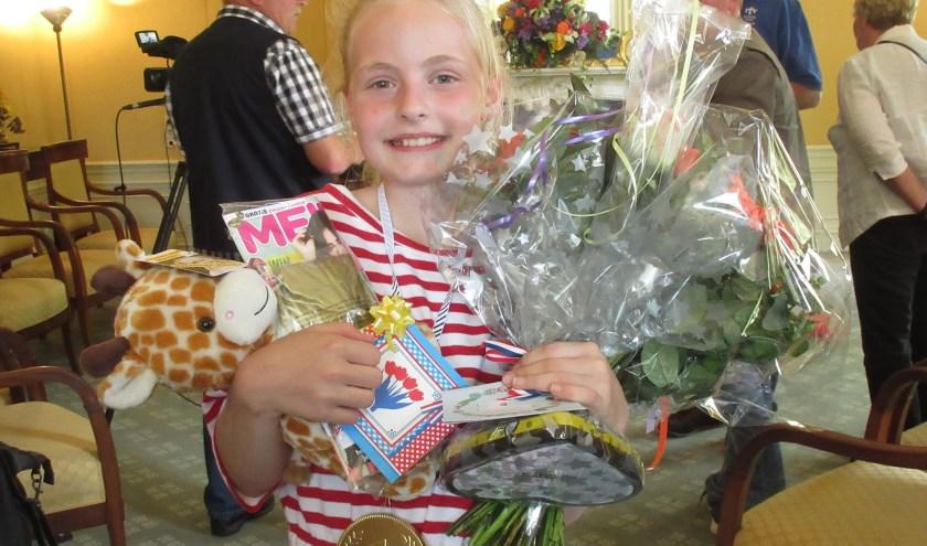 Felicitaties voor de nieuwe kinderburgemeester: Merle Schweppe. Foto: Ria van Vredendaal