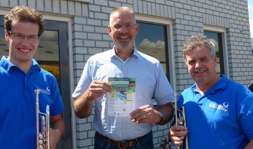 Arton van de Wetering (l.), bestuurslid Concordia, Frans de Lange, directeur Global Rize (m.) en Kees Pruim, voorzitter CMV Concordia. (Foto: Erwin Draaijer)