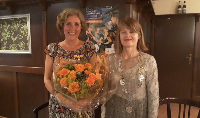 Lianne Spanjer-Mulder en burgemeester Cia Kroon. Spanjer-Mulder is benoemd tot Lid in de Orde van Oranje Nassau.