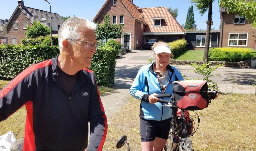 Jan en Ellie Ootes uit Lutjebroek houden van fietsen. Ze zijn ook naar De Lutte gefietst.