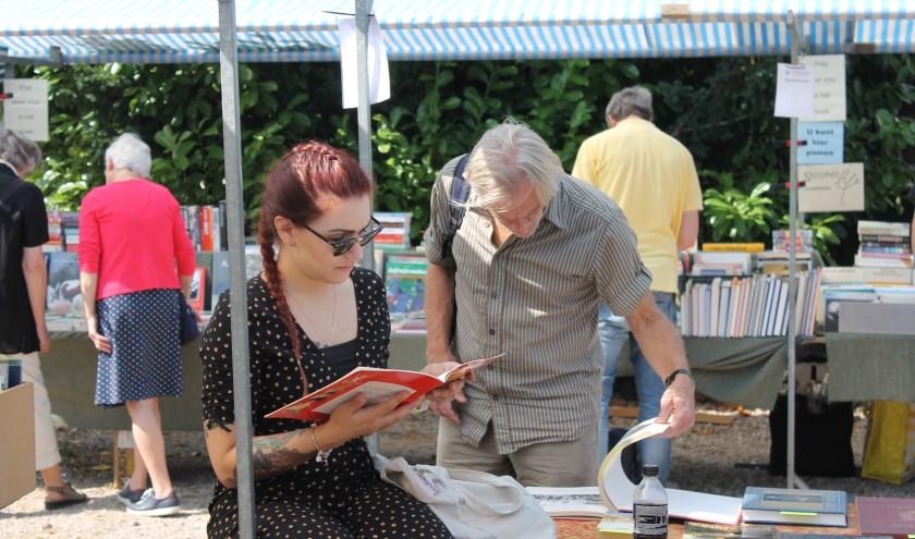 Genieten van een boek tijdens de Zomerboekenmarkt bij de Koppelkerk Bredevoort.