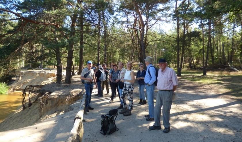 Een groep wandelaars hoopt vogels te spotten bij de Dinkel. Er is binnenkort weer een vogelwandeling in het buitengebied van Beuningen.