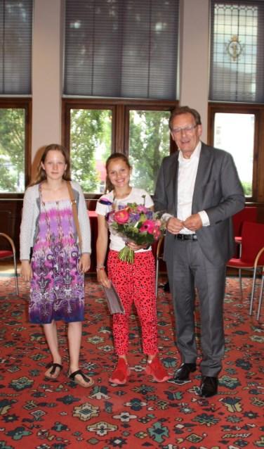 Kinderburgemeester Anna (l) en burgemeester Koos Janssen feliciteren Melief als nieuwe aankomende kinderburgemeester. FOTO: Gemeente Zeist
