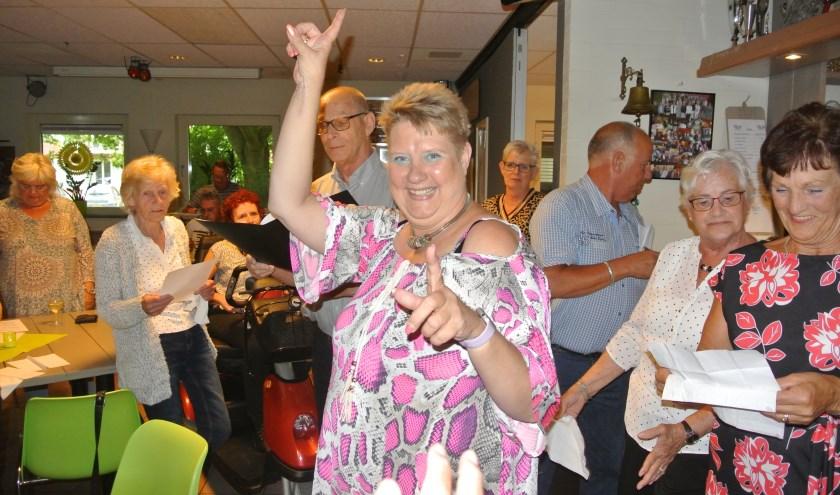 De leden van Happy Days hebben als één familie afscheid genomen van dirigent Elly Peeren. Foto: Edpa Photo