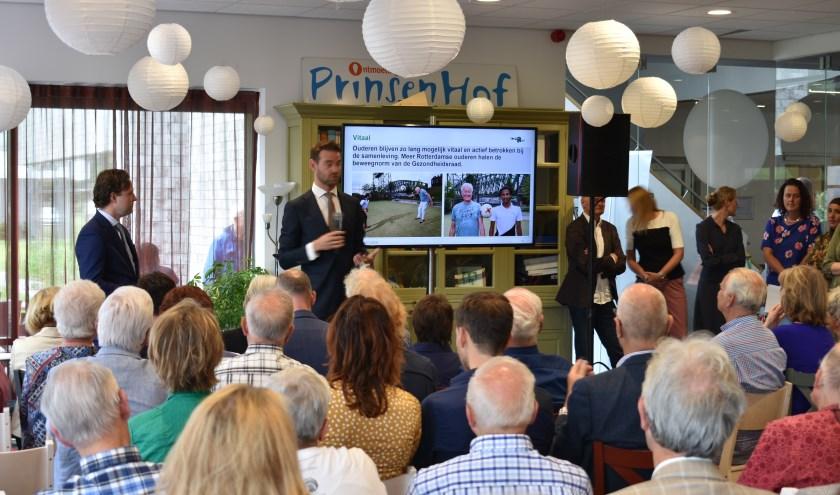 Wethouders De Lange (zorg, CDA) en Kurvers (wonen,VVD) presenteren de nieuwe plannen. (Foto door Britt Henneken)