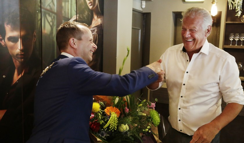 Mart Wijnen krijgt de hand van burgemeester Ederveen. Foto: Jurgen van Hoof.