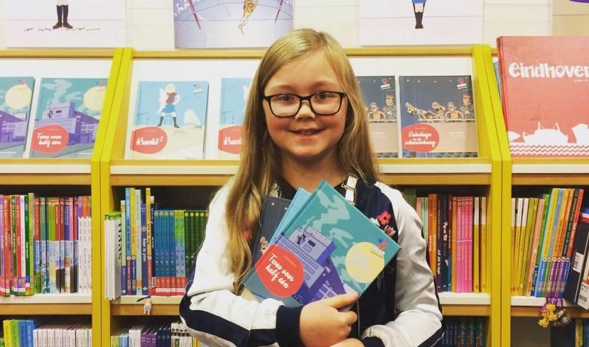 Kinderburgemeester Loïs in de Boekenberg met de eerste drie edities uit de serie.