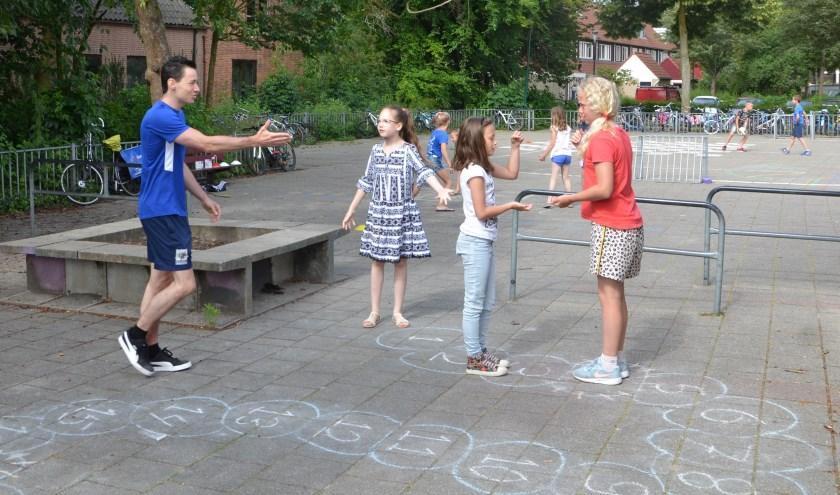 Buurtsportcoach Michiel Jansen begeleidt samen met collega Giel-Jan Wittenberg de kinderen van de groepen zes op de basisscholen, hier actief op locatie het Kompas