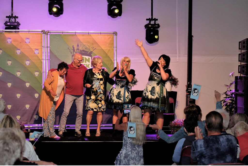 Lekker met Die Superdolle meezingen op het podium.  © Persgroep