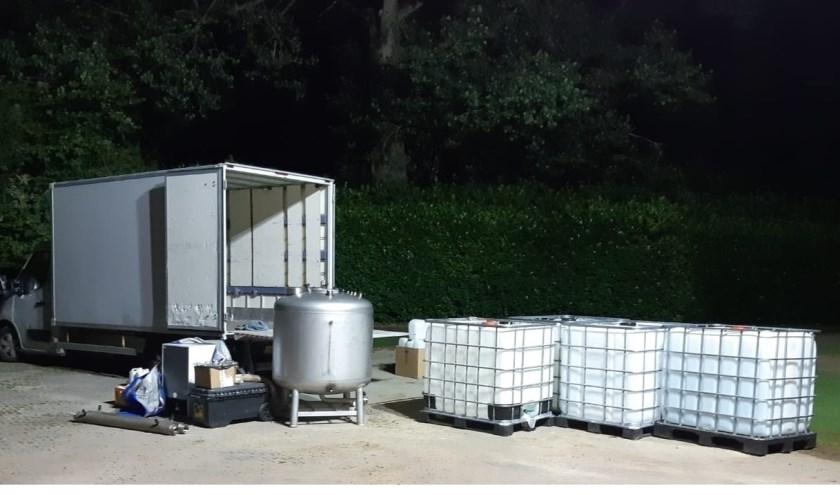 De vrachtwagen die aan is gehouden bevatte diverse benodigdheden die in druglabs worden gebruikt. (foto: Politie Zevenaar)