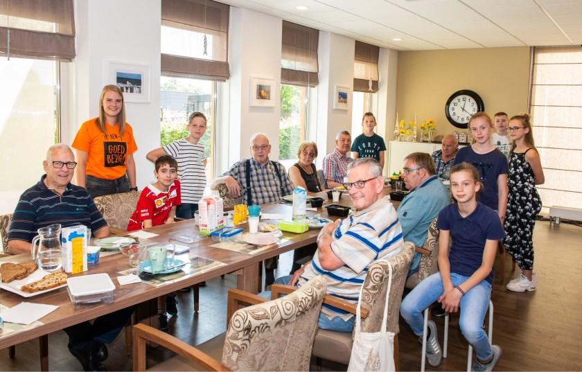 Marjet Steenbergen (in oranje shirt) is via het initiatief Jong Present de eerste trainee van Present Epe-Heerde. Ze vertelt over haar ervaringen.