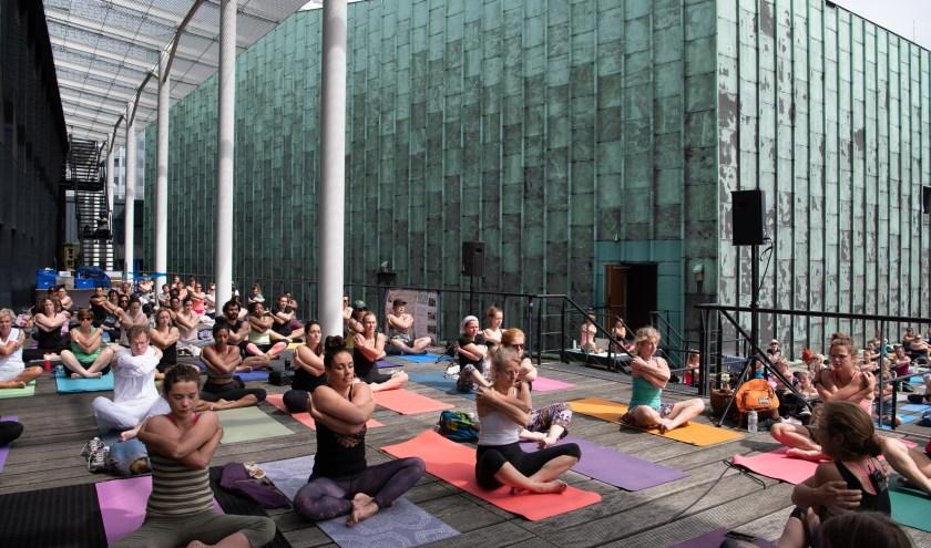 Yoga op 't Schouwburgplein. Foto: Marjorie van der Windt-Veit
