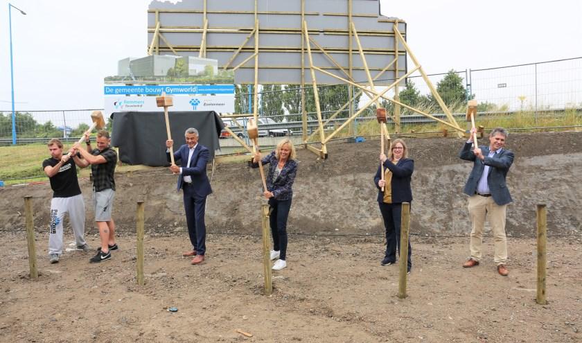 Jerry van Ziel (derde van links), Ingeborg ter Laak (midden) en Christa Ros (tweede van rechts) slaan de eerste paal. Foto: Fred Roland