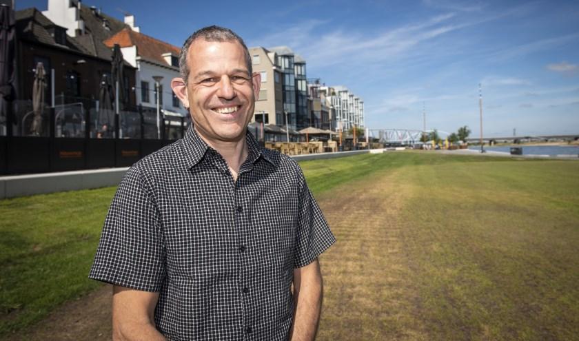 Leo Weterings op de vernieuwde Waalkade, waar aankomend weekend het feest losbarst. Hij is sinds januari 2019 de nieuwe directeur van de Vierdaagsefeesten. (foto: Jimmy Israël)