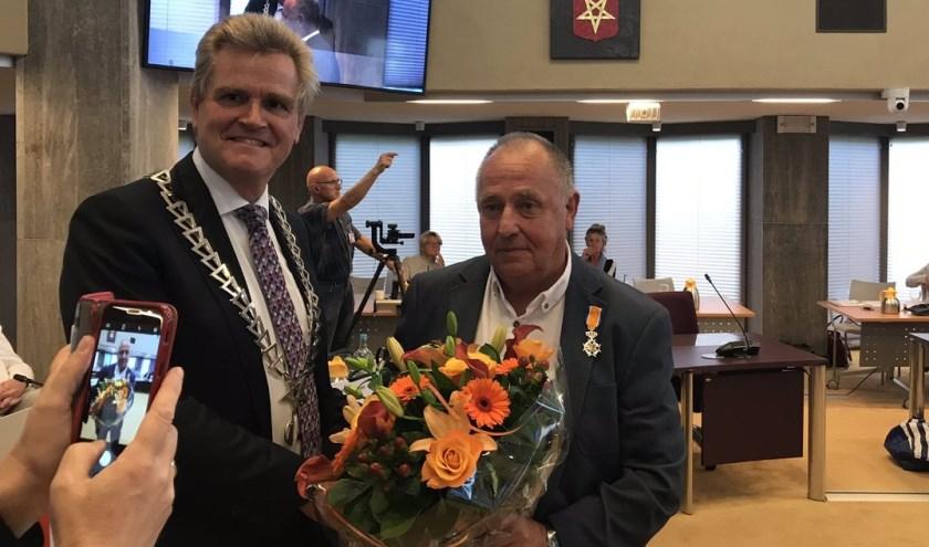Joep Oude Groen werd op royale wijze bedankt voor bewezen diensten door burgemeester Rob Welten.