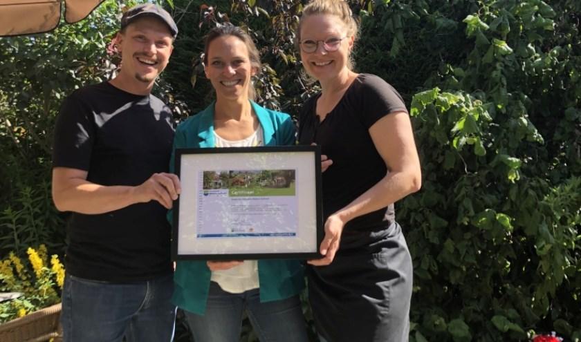 Mark en Mariska ontvangen het nieuwe certificaat uit handen van wethouder Sonja Smit.