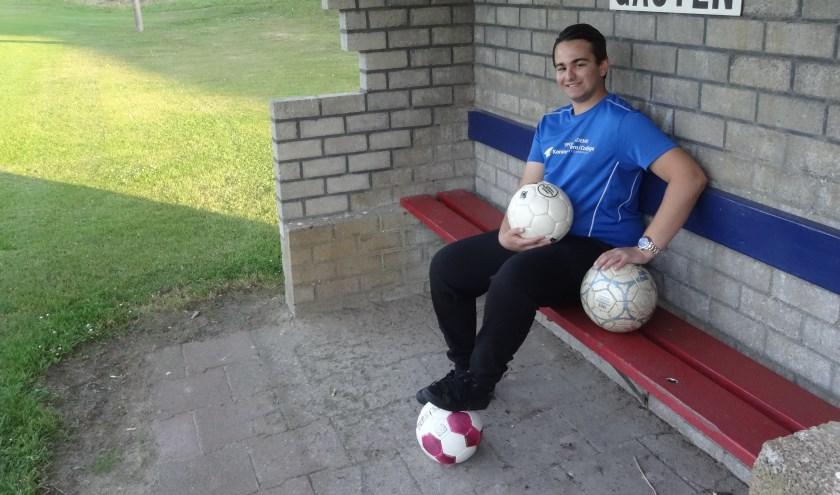 Yordi Vos uit Well werkt aan de laatste voorbereidingen van het RegioBank-jeugdvoetbaltoernooi.