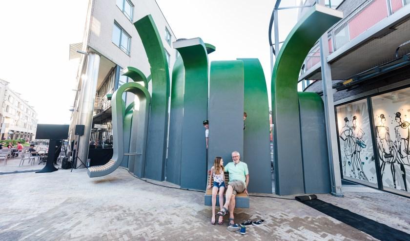 """Opa Henk ten Voorden en zijn kleinkinderen bij het Kunstwerk """"Voor de Wind: van Gabriel Lester op het Emmaplein in Zeist. FOTO: Mel Boas"""