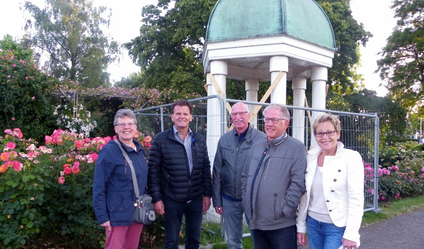 Vlnr Joke Laros, Wim van der Goes, Gert van Meerveld, Bert Gelderblom en Helma van der Louw bij het te restaureren koepeltje.
