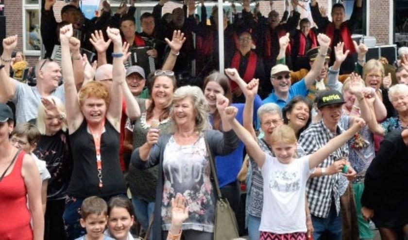 Feest in de Dorpsstraat tijdens optreden Jostiband