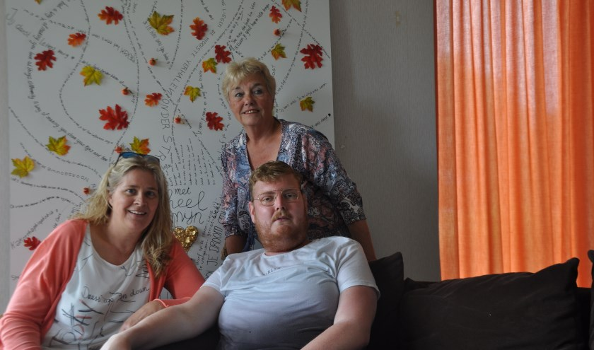 Rian Krijger, Elly van Lieshout en Wim Dorst voor de wensboom die hij voor zijn verjaardag kreeg, op 8 september. FOTO: Anneke Flikweert