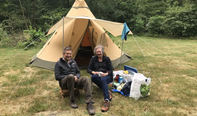 's Ochtends in alle rust wakker worden voor je tent met een kopje oploskoffie, het ultieme kampeergenot van Wim en Tonneke van Wierst. FOTO: Carol Dohmen