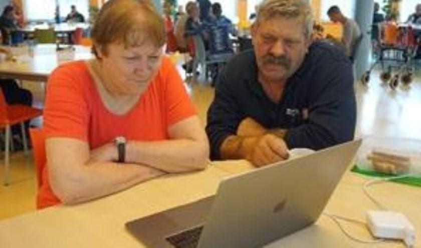 Biga medewerkers Ron en Hanneke kijken trots (onder embargo) naar de eerste serie.