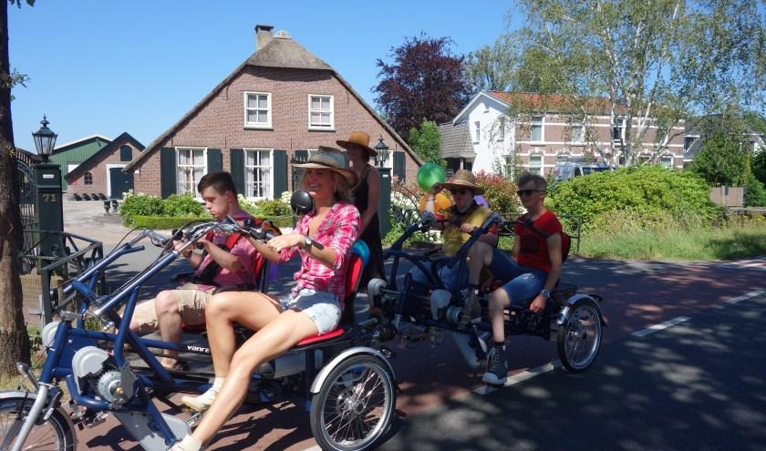 De 4persoonsfiets met Bertine, David, Jefke en Shanna. Meelopend Nathalie van Middelkoop zorgondenemer van Thomashuis Maartensdijk.