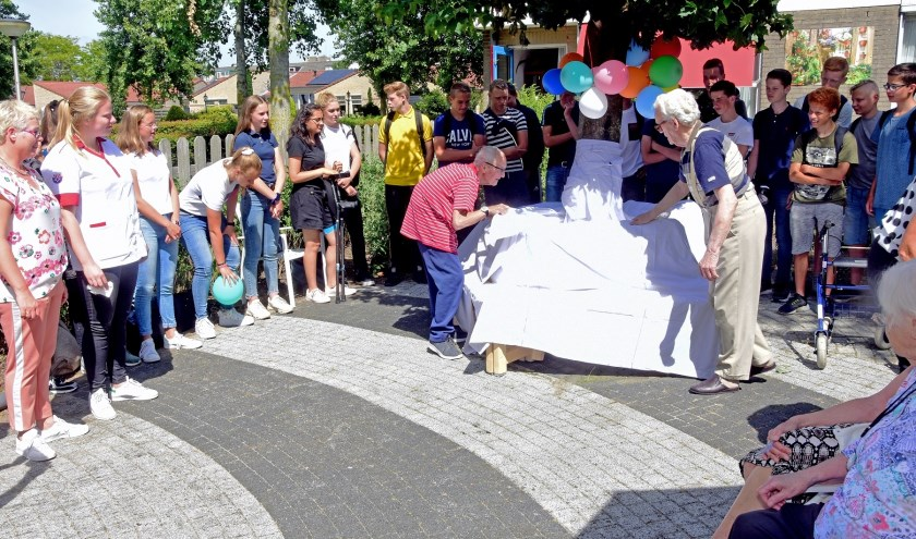 De bewoners Van Hagen en Van Ieperen namen donderdagmiddag gezamenlijk de onthulling voor hun rekening. Foto: Pieter van der Laan