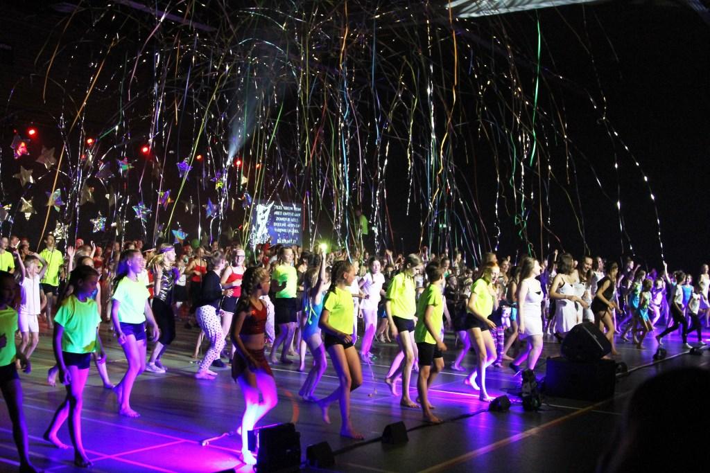 alle leden sloten de show af met een dans Foto: Alex Beukhof © Persgroep