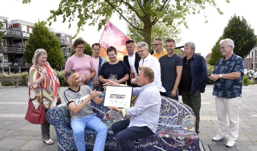 Onder toeziend oog van het oude én het nieuwe bestuur draagt Cees van Treijen (r) de activiteiten over aan Mart van de Kamp (l) Foto: Marianka Peters