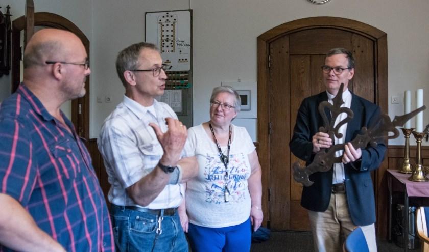 Overdracht van de wijzers aan pastoor Frank Lemmens. Links op de foto Hans van Halderen, naast hem Peter van Gestel.