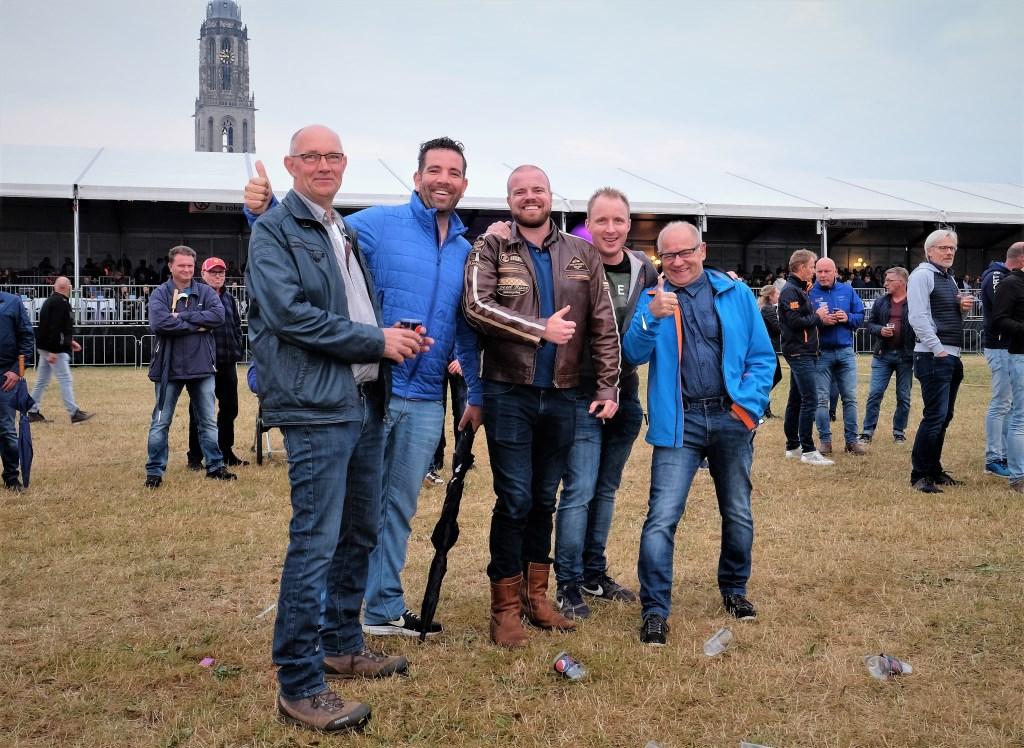 Rijnweek Deze heren uit Veenendaal en Ede luisteren op afstand naar de band op de Rijnweek.  © Persgroep