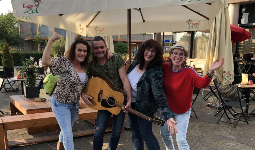 Sonja Boot, Jeffrey Timmerman, Heleen Greeve en Marinka van Zwieten organiseren de vierde Zwolse PubKoor avond op 25 juli bij Grandcafé Zuijdt.
