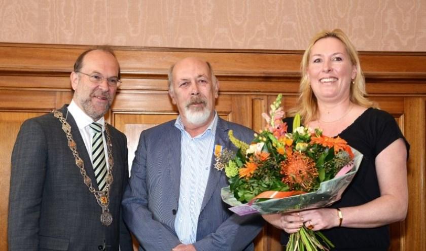 Waarnemend burgemeester Bert Blase maakt in 2015 bekend dat Piet Onderdelinden is benoemd tot Ridder in de Orde van Oranje-Nassau. Rechts Piets dochter Pauline.