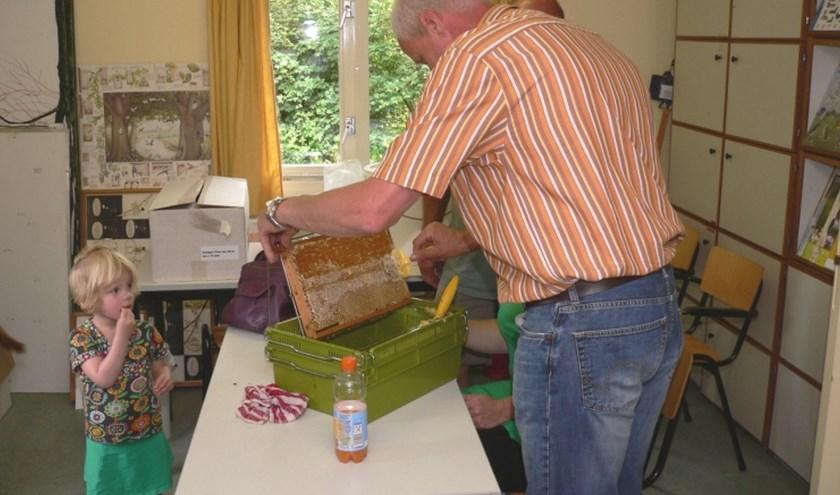 Er is deze dag speciaal aandacht voor de kinderen:zij kunnen bijvoorbeeld kaarsen maken van bijenwas.